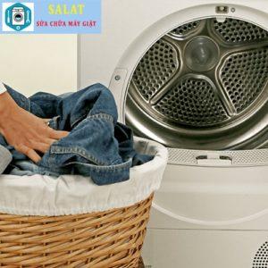 Đặt quần áo jean với các loại quần áo cùng màu trong máy giặt.