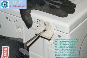 Sử dụng tuốt nơ vít tháo 2 ốc vít phía sau máy giặt