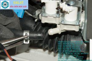 Tháo ống cấp cấp nước với đầu van