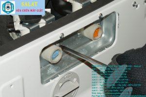 Tháo ống từ van cấp nước