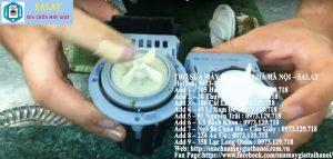 Xoay tay cầm ngược chiều kim đồng hồ để loại bỏ nắp máy bơm.
